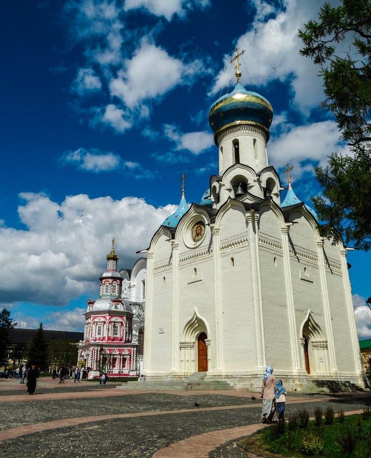 Églises orthodoxes russes dans le monastère orthodoxe de Sergiev Posad image stock