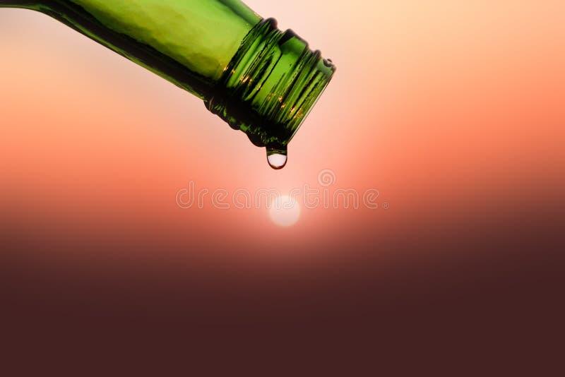 Égouttez-vous des bouteilles au-dessus des soleils pendant le matin, l'eau d'économies pour frais image stock