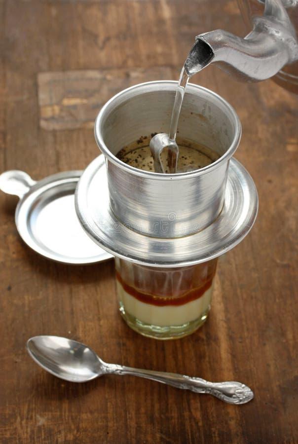 Égoutture de café dans le type vietnamien photographie stock