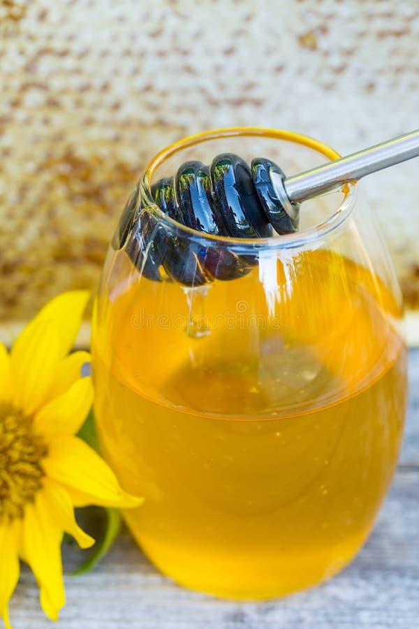 Égoutture de miel dans un pot images libres de droits