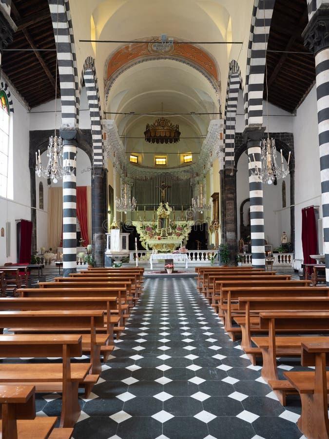 ?gua do al de Monterosso, It?lia - 21 de abril de 2019 igreja de San Giovanni Battista na ?gua do al de Monterosso imagem de stock royalty free