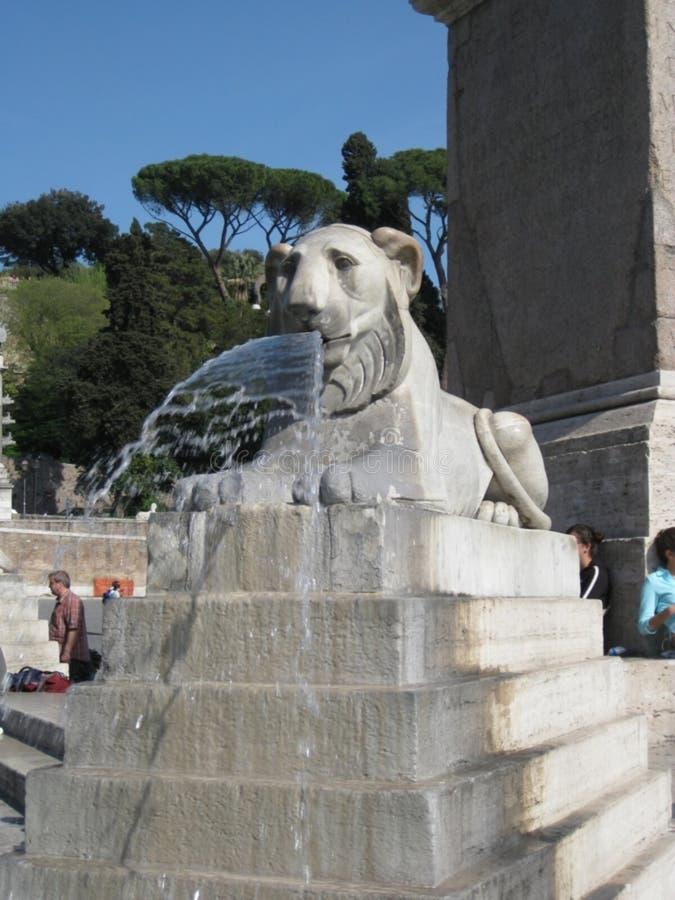 égyptien-lion-statue-fontaine photo stock