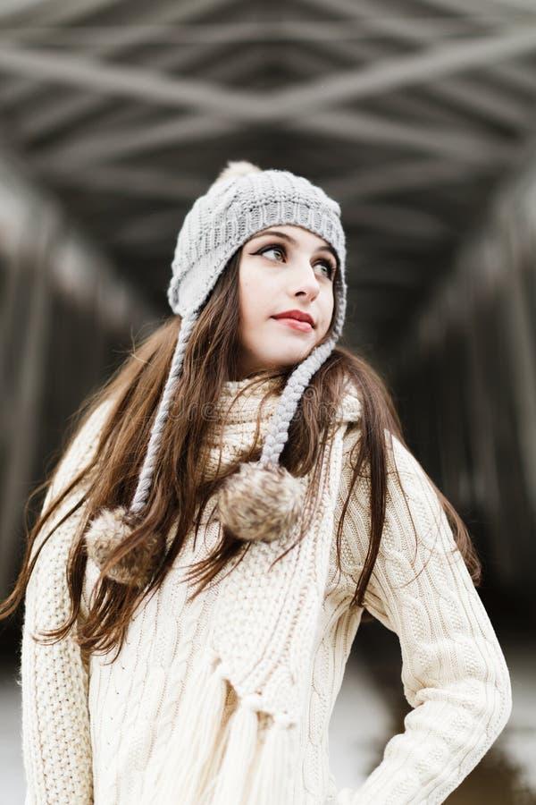 Élève de terminale caucasien en dehors des vêtements d'hiver image libre de droits