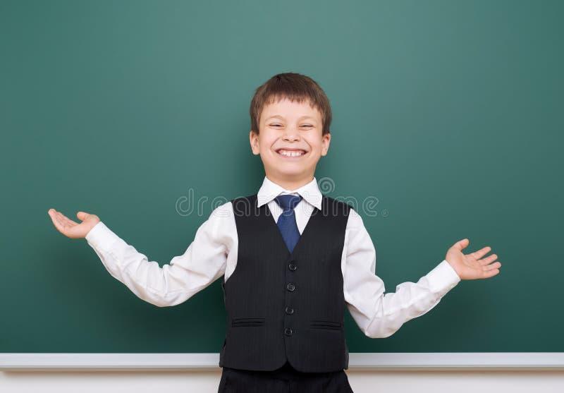 Élève posant au conseil pédagogique, l'espace vide, concept d'éducation photo stock
