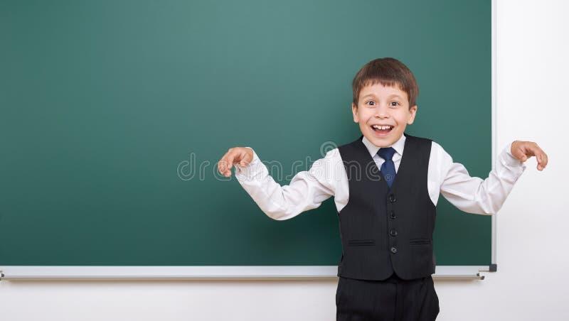 Élève posant au conseil pédagogique, l'espace vide, concept d'éducation photos stock