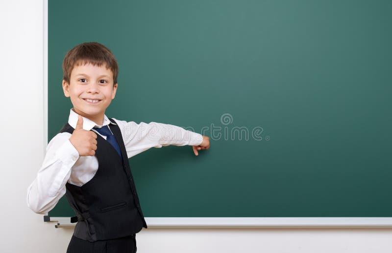 Élève posant au conseil pédagogique, l'espace vide, concept d'éducation photo libre de droits