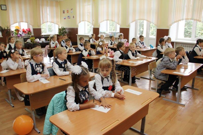 Élèves à un bureau d'école à une leçon à l'école - Russie Moscou le premier lycée la première classe b - 1er septembre 2016 photographie stock