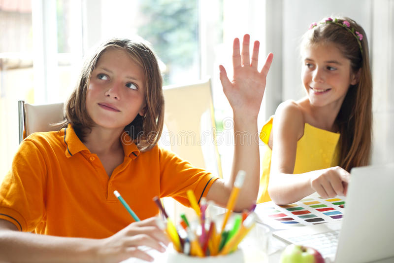 Élèves d'école primaire dans la classe photographie stock