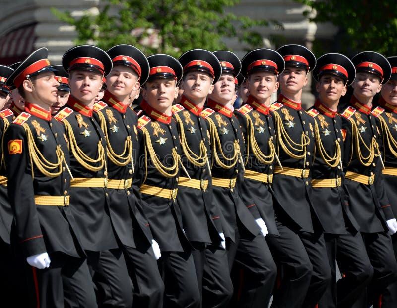 Élèves de l'école militaire de Tver Suvorov pendant le défilé sur la place rouge en l'honneur de Victory Day photo libre de droits