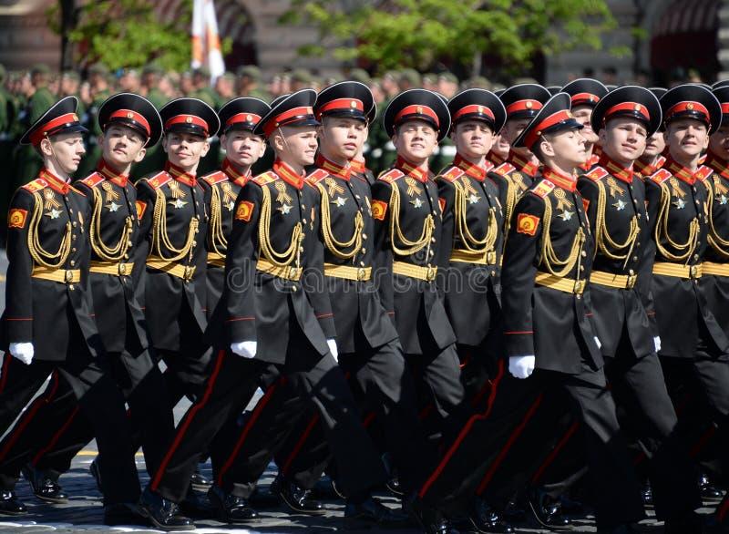 Élèves de l'école militaire de Tver Suvorov pendant le défilé sur la place rouge en l'honneur de Victory Day photographie stock libre de droits