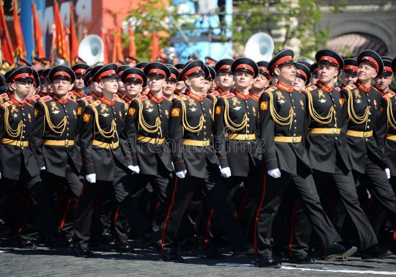 Élèves de l'école militaire de Tver Suvorov pendant le défilé sur la place rouge en l'honneur de Victory Day photo stock
