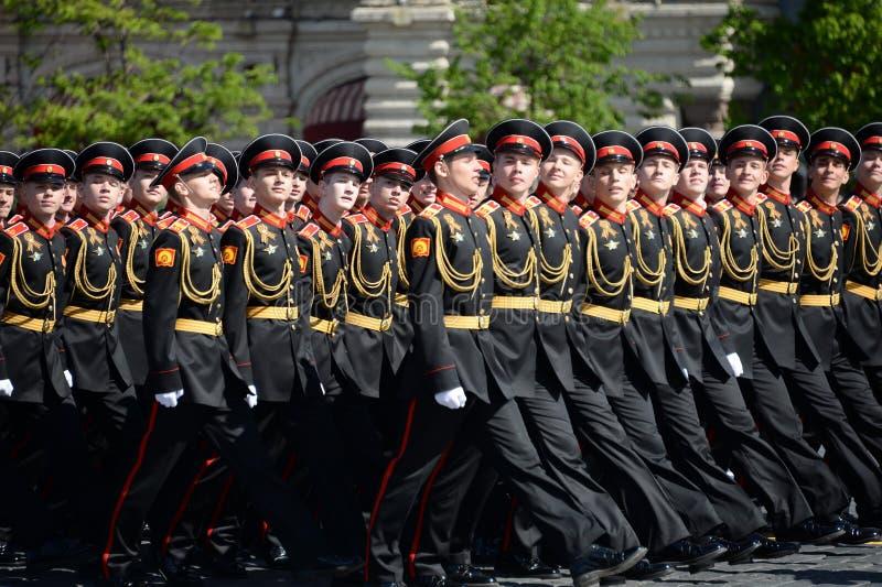 Élèves de l'école militaire de Tver Suvorov pendant le défilé sur la place rouge en l'honneur de Victory Day photos libres de droits