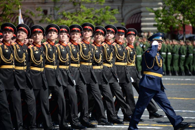 Élèves de l'école militaire de Tver Suvorov pendant le défilé sur la place rouge en l'honneur de Victory Day photos stock