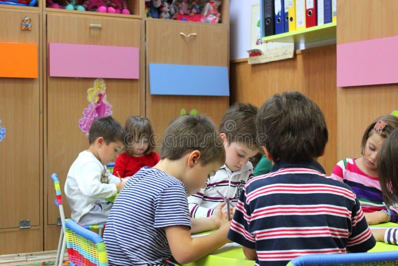 Élèves du cours préparatoire au jardin d'enfants photographie stock