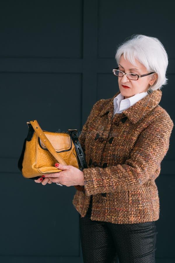 Élégance à la mode de tweed de garde-robe de style supérieur de femme images libres de droits