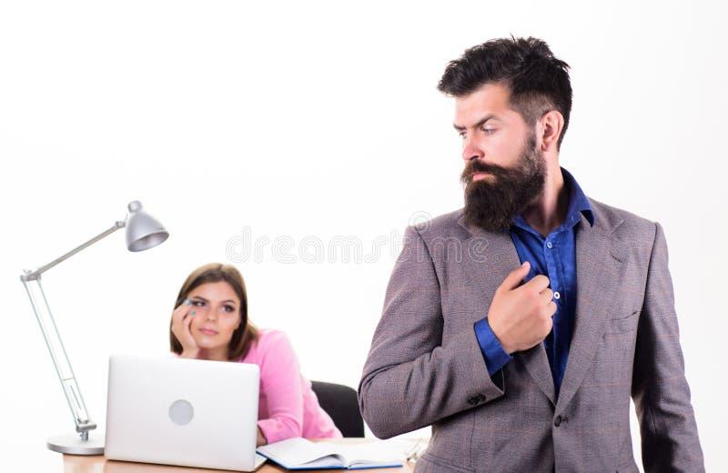 Élégance brutale Homme caucasien brutal avec la longue barbe dans le vêtement d'affaires Homme d'affaires et collègue brutaux dan images libres de droits