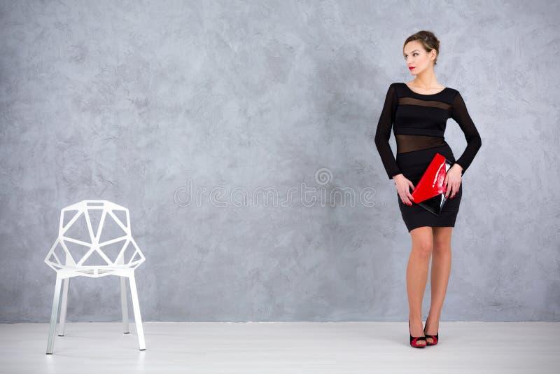 Élégance chic d'une chaise de concepteur et de son propriétaire images libres de droits