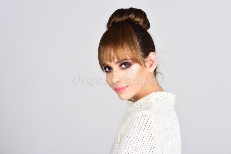 Élégance et type legance de jolie femme avec les cheveux à la mode images stock