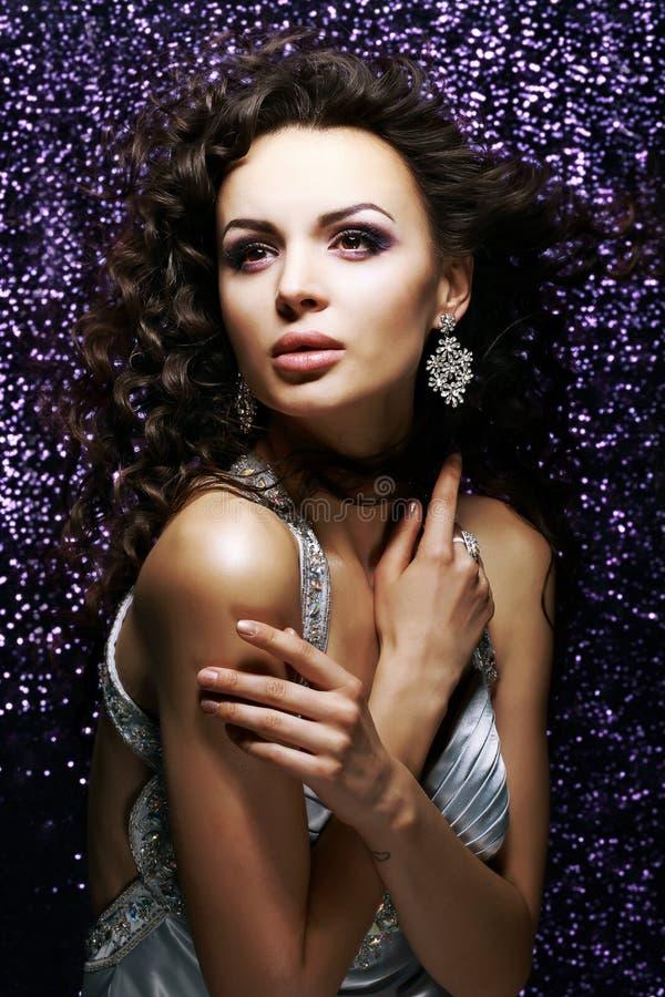 Élégance. Madame étouffante exquise avec les cheveux ondulés. Brillant photographie stock libre de droits