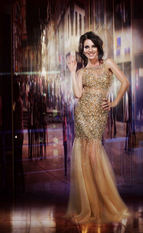 Élégance. Madame glorieuse fascinante dans la robe jaune. Partie formelle photo libre de droits