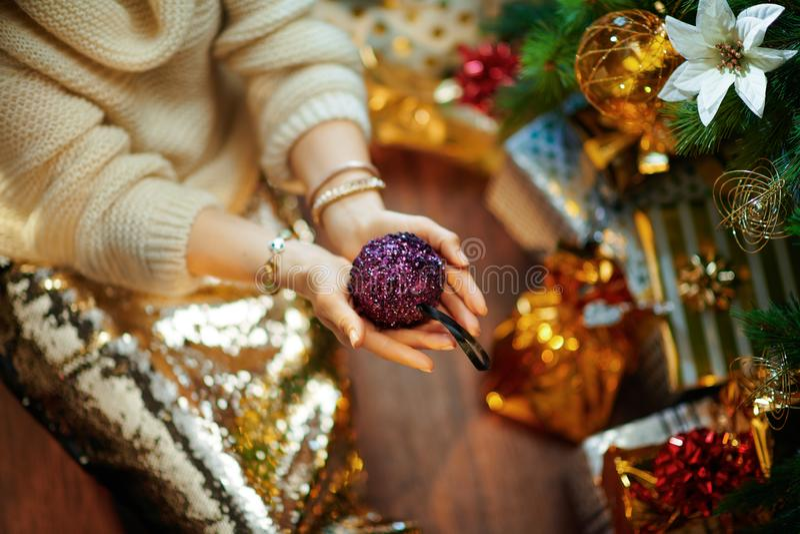 Élégante ménagère montrant une boule de Noël violette images libres de droits