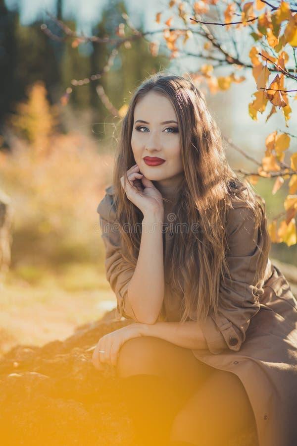 Élégants astucieux de fille étonnante sexy de dame habillés dans la veste d'automne avec les poils blonds et les lèvres rouges de images libres de droits