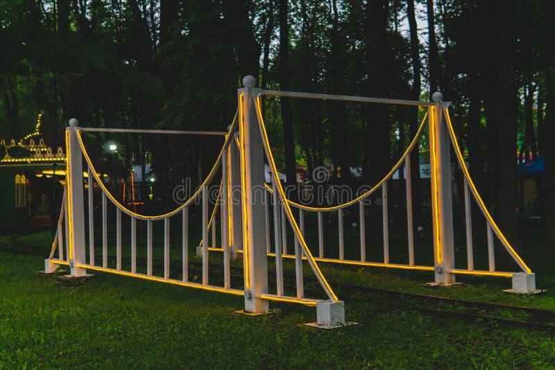 Élément décoratif du chemin de fer de mesure étroite en parc d'attractions images stock