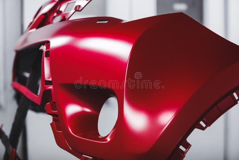 Élément de carrosserie étant peint dans la cabine de peinture R?paration automatique de corps photo stock