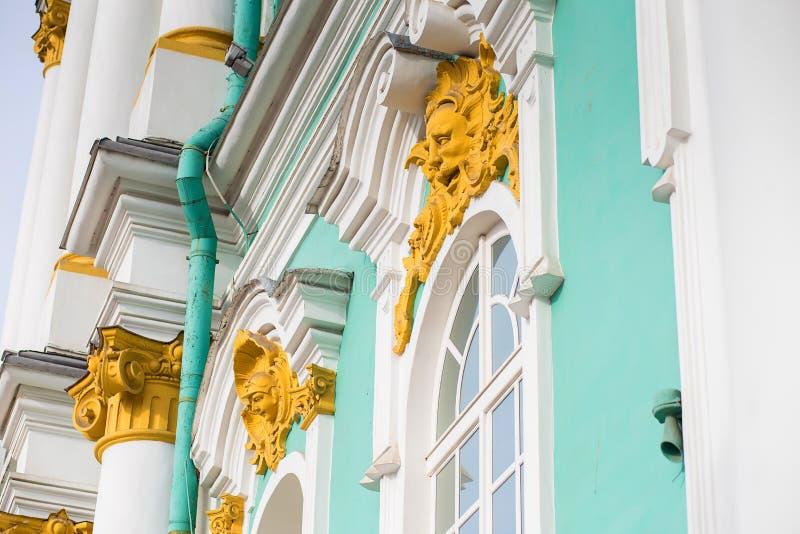 Élément de construction de décor de façade de l'ermitage à St Petersburg Sculptures, un portrait de bronze et dorure image stock