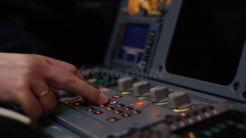Élément de contrôle pilote automatique d'une avion de ligne Panneau des commutateurs sur un poste de pilotage d'avions Leviers de images stock