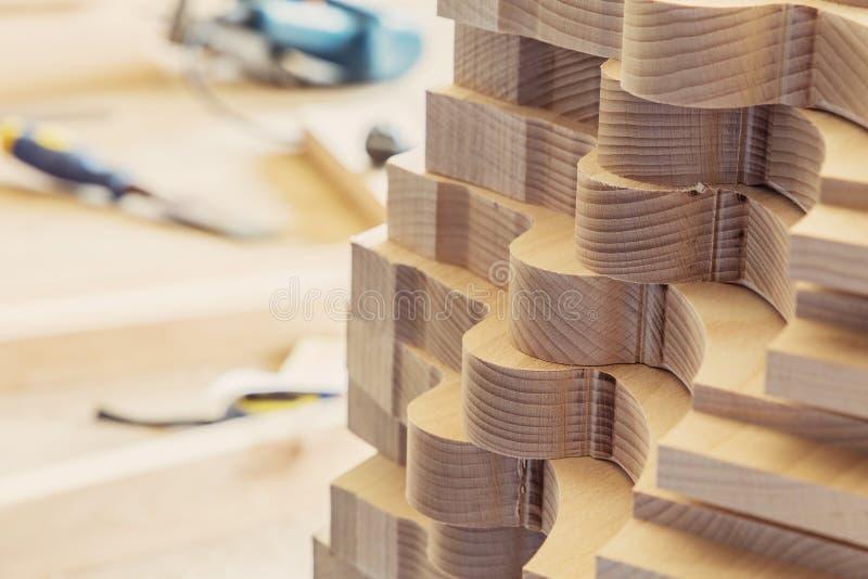 Élément de menuiserie avec une texture Fabrication de meubles Travail de menuiserie matière première de bois de construction pour images stock