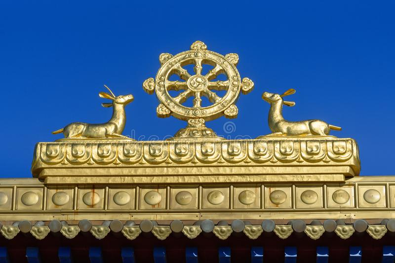 Élément de porte à la demeure d'or complexe bouddhiste de Bouddha Shakyamuni au printemps Elista Russie images stock