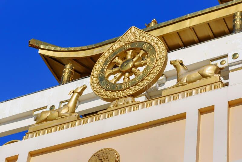 Élément de temple dans la demeure d'or complexe bouddhiste de Bouddha Shakyamuni au printemps Elista Russie photo libre de droits