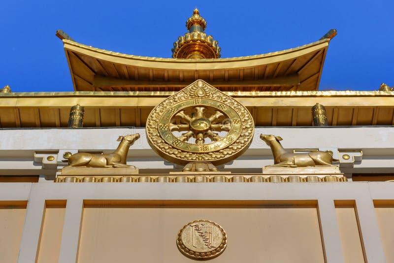 Élément de temple dans la demeure d'or complexe bouddhiste de Bouddha Shakyamuni au printemps Elista Russie photos stock