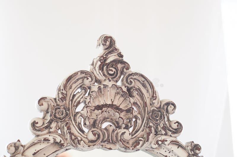 Élément de vieux cadre découpé en bois sur le miroir intérieur lumineux Cadre blanc avec l'effet du vieillissement photo stock