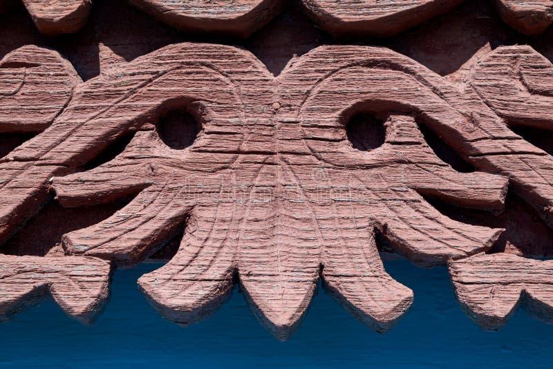 Élément en bois des châssis de fenêtre sur la vieille maison de village photo libre de droits