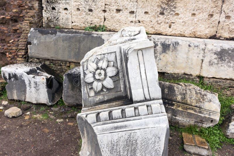 Élément en pierre de marbre du bâtiment antique avec l'image d'une fleur, les ruines du forum romain image libre de droits