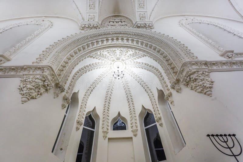 Éléments éclectiques de l'intérieur d'une grande synagogue juive chorale images stock