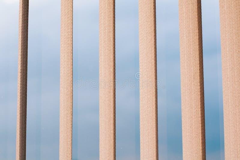 Éléments contemporains d'architecture, streptocoque traversant évident de ciel bleu photographie stock libre de droits