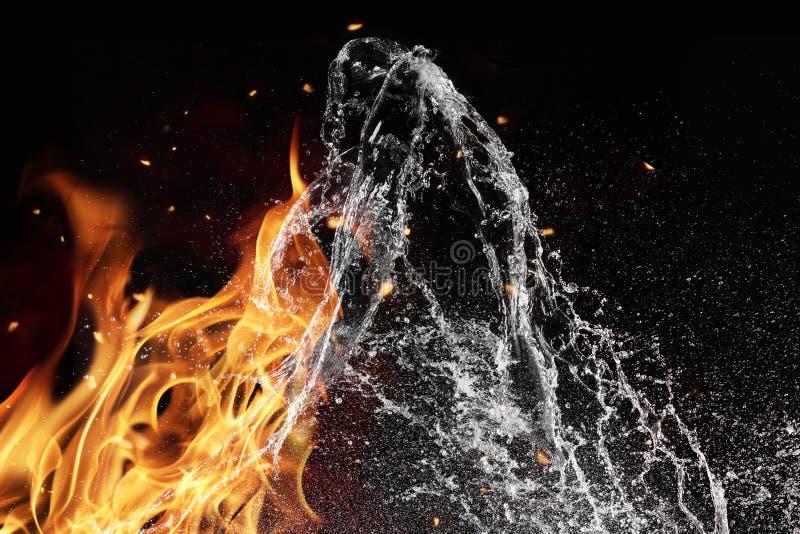 Éléments du feu et de l'eau sur le fond noir images libres de droits