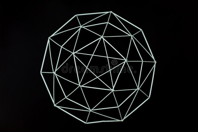 Éléments géométriques décoratifs de fil en métal, panier, vase sur un fond noir Concept minimal Beau modèle abstrait de métal photographie stock