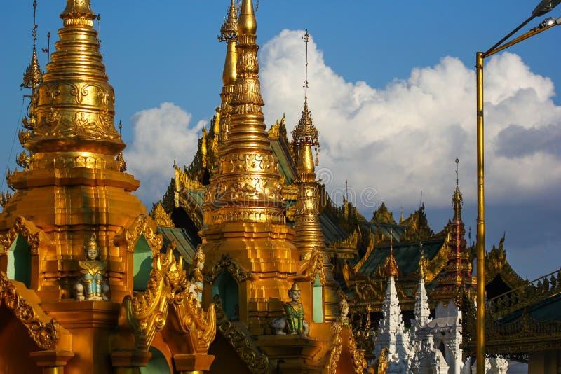 Éléments plaqués or d'une pagoda antique images libres de droits