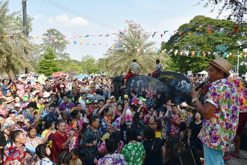 Éléphant éclaboussant l'eau entre le touriste dans le festival de Songkarn image libre de droits