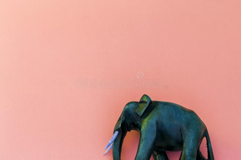 Éléphant en bois sur le fond pourpre photographie stock libre de droits