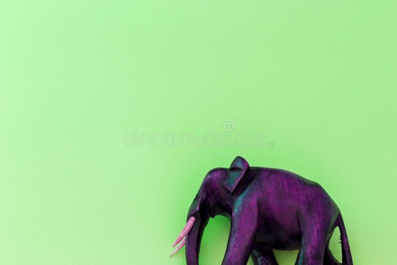 Éléphant en bois sur le fond vert photographie stock