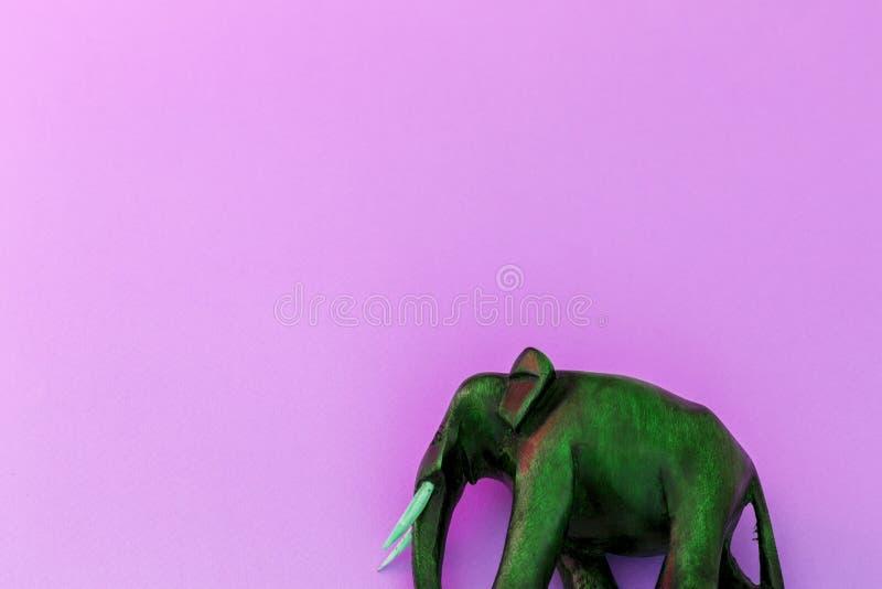 Éléphant en bois sur le fond violet images stock