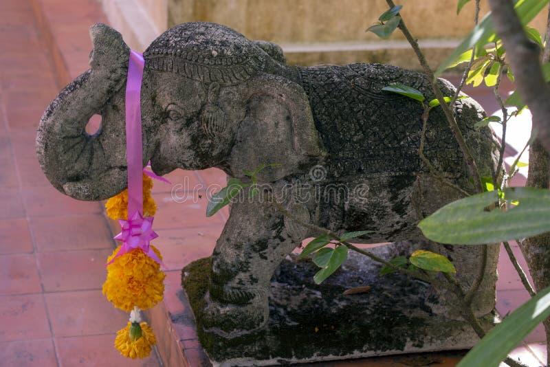 Éléphant en pierre découpé dans le jardin, Wat Phra Kaew, Chiang Rai, Thaïlande photo stock