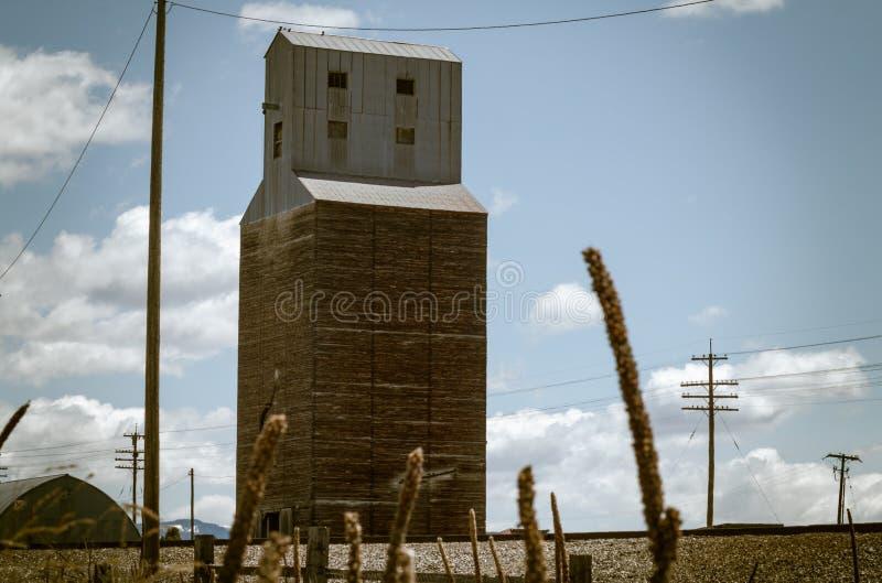 Élévateur à grains de Soda Springs par des voies ferrées image stock