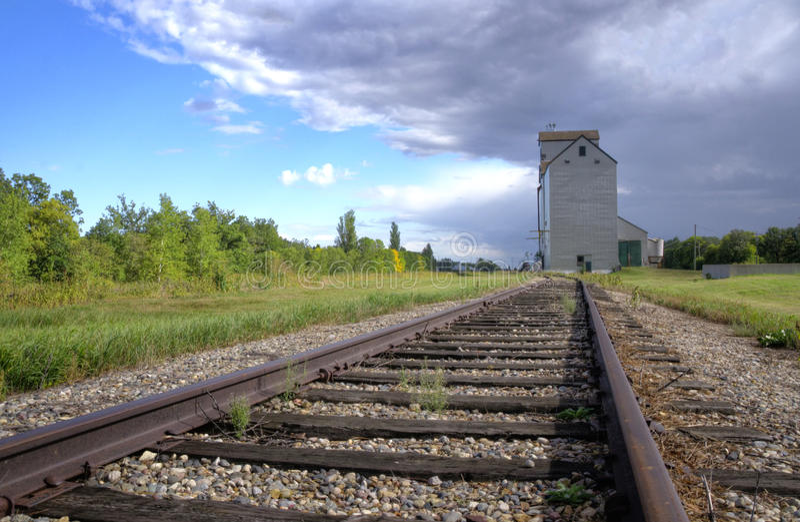 Élévateur à grains sur une prairie canadienne photos libres de droits