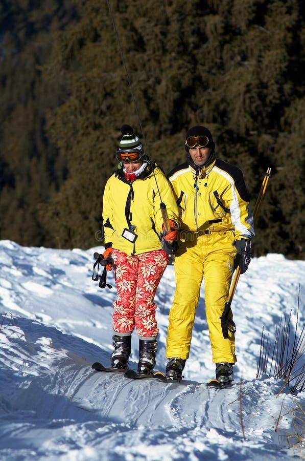 Élévation de skieurs de famille de Yong sur le levage de ski image stock